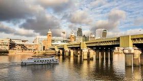 横跨Londo财政摩天大楼泰晤士河的一个看法  免版税库存图片