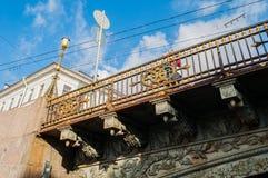 横跨Moika河的伟大的Konyushenny桥梁在圣彼德堡,俄罗斯-雕刻桥梁篱芭的元素 库存图片
