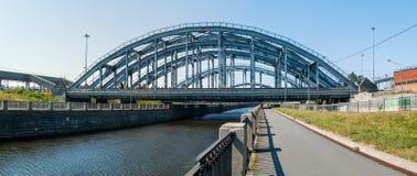 横跨Obvodny运河的美国铁路桥在圣Petersbu 图库摄影