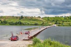 横跨Oka的舟桥在老梁赞附近 免版税库存照片