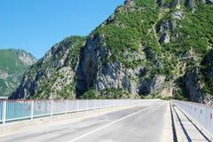 横跨Piva河的一座桥梁在黑山 免版税库存图片