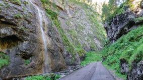 横跨Serrai di Sottoguda峡谷的路有瀑布的,马尔莫拉达山 图库摄影