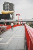 横跨Sumida河的红色桥梁在浅草日本 免版税库存图片