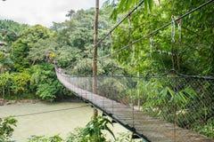 横跨Tangkahan河的吊桥在Tangkahan,印度尼西亚 免版税库存照片