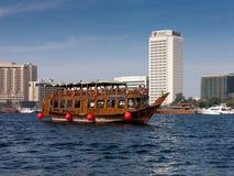 横跨The Creek的单桅三角帆船巡航在迪拜