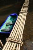 横跨The Creek的小船和竹子人行桥 库存图片