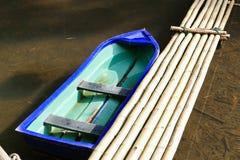横跨The Creek的小船和竹子人行桥 图库摄影