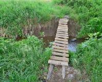 横跨The Creek,南波希米亚的传统村庄桥梁 免版税库存照片