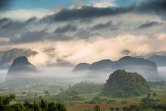 横跨Vinales谷在古巴 早晨微明和雾 库存照片