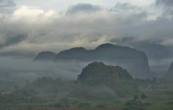 横跨Vinales谷的看法在古巴 早晨微明和雾 免版税库存图片