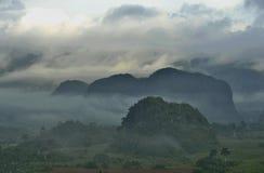 横跨Vinales谷的看法在古巴 早晨微明和雾 库存图片