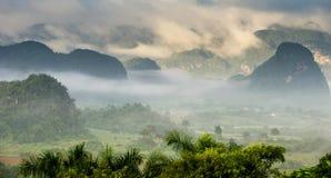 横跨Vinales谷的鸟瞰图在古巴 早晨微明和雾 使模糊在Vinales谷的黎明  免版税库存照片