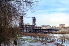 横跨Willamette河的钢桥梁在波特兰,俄勒冈 图库摄影