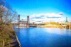 横跨Willamette河的钢桥梁在波特兰 免版税库存图片