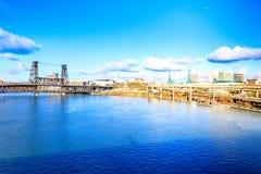 横跨Willamette河的钢桥梁在波特兰 库存图片