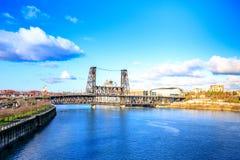 横跨Willamette河的钢桥梁在波特兰 免版税库存照片