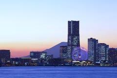 横滨在Mt富士的市地平线 免版税库存图片
