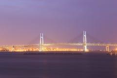 横滨海湾桥梁在晚上 库存图片