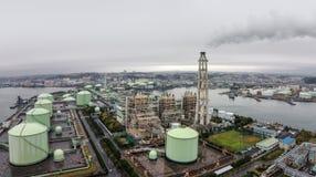 横滨液化天然气民用煤气供应商在一个雨天 库存图片