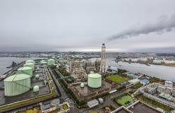 横滨液化天然气民用煤气供应商在一个雨天 免版税库存图片