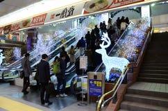 横滨,日本- 11月27 :人们发怒火车站du 免版税库存图片