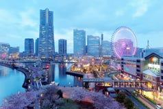横滨Minatomirai湾区夜风景有高层摩天大楼看法在背景中 免版税图库摄影