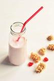 樱桃与嘎吱咬嚼的酸奶饮料 免版税库存图片