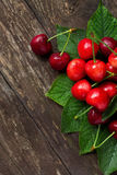 樱桃与新近地被采摘的叶子的夏天果子 免版税库存照片