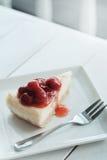 樱桃乳酪蛋糕片断  库存图片