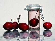 樱桃和瓶子樱桃蜜饯 免版税库存图片
