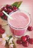 樱桃圆滑的人用新鲜的樱桃 樱桃奶昔 新鲜的绿色叶子 免版税库存照片