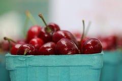 樱桃在农夫市场上 免版税库存图片