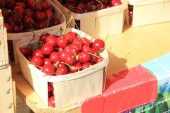 樱桃在市场上 库存照片