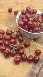 樱桃在木砧板和在碗 免版税库存照片