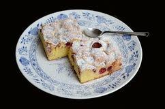 樱桃在瓷板材服务的蛋糕片断 库存图片