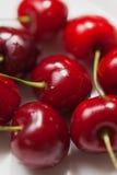 樱桃在白色背景的莓果特写镜头 免版税图库摄影