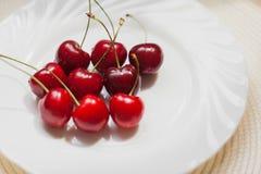 樱桃在白色背景的莓果特写镜头 图库摄影