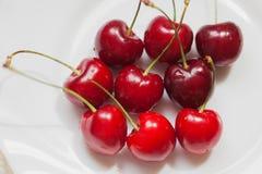 樱桃在白色背景的莓果特写镜头 库存照片