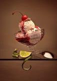 樱桃奶油色冰顶层 免版税库存照片