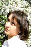 樱桃开花的夫人年轻人 免版税库存图片
