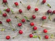 樱桃心脏和木样式背景 库存照片