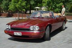 樱桃捷豹汽车XJ-S (XJS) -汽车品牌捷豹汽车的所有者的汇聚的成员 芬兰土尔库 免版税库存图片