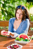 樱桃新鲜的庭院瓜夏天大阳台妇女 免版税库存照片