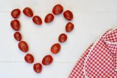 樱桃李子在白色木背景的快餐蕃茄 图库摄影