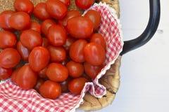 樱桃李子在白色木背景的快餐蕃茄 免版税图库摄影