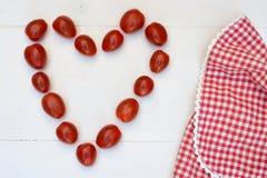 樱桃李子在白色木背景的快餐蕃茄 库存图片