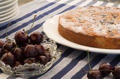 樱桃杏仁蛋糕用新鲜的樱桃 免版税库存照片