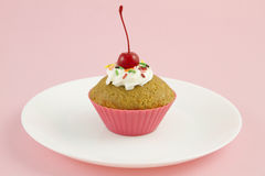 樱桃杯形蛋糕粉红色 免版税库存图片