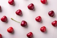 樱桃莓果用与词根样式宏观纹理的一棵樱桃在木白色背景和水下落顶视图 库存图片