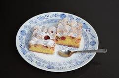 樱桃蛋白牛奶酥蛋糕 图库摄影